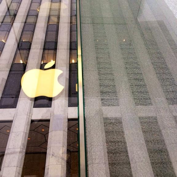 Разбили панель стеклянного куба Apple Store в Нью-Йорке