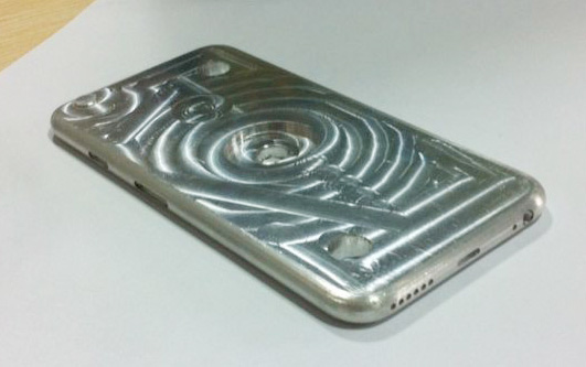 Чехол iPhone 6 отливают по форме